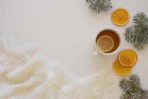 delicioso chá quente com rodelas de limão ao fundo foto