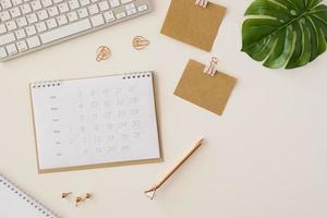 calendário de mesa plano com folha monstera foto