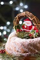vista frontal bolo de natal com decoração de papai noel foto