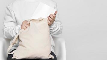vista frontal de uma mulher segurando uma sacola de tecido copy space