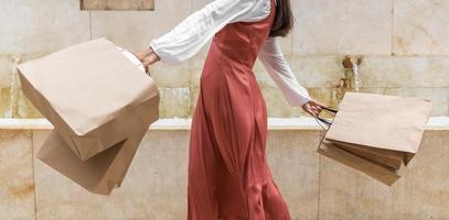 vista frontal de mulher com sacolas de compras