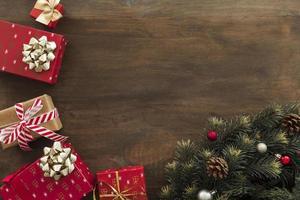 caixas de presente com galhos de pinheiro verde na mesa de madeira foto