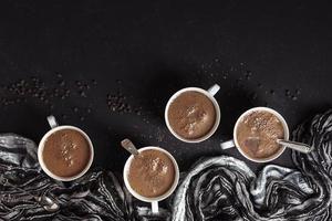 canecas de chocolate quente com grãos de café foto