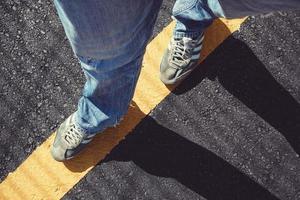 homem com tênis andando na rua