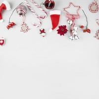 brinquedos de natal com bastões de doces no fundo branco foto