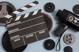 equipamento de cinema em fundo azul foto
