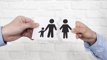 casal segurando papel de família rasgado foto