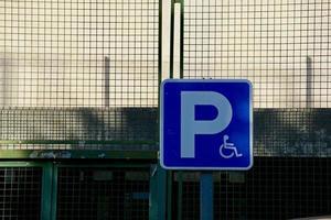 sinal de trânsito para cadeiras de rodas na estrada foto