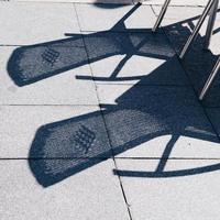 cadeiras na rua foto