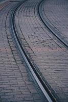 trilhos na estação, meio de transporte ferroviário foto
