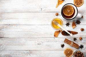 postura plana de chá com mel e espaço de cópia foto