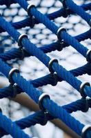 rede de corda azul no playground foto