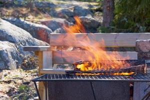 fogo em uma grade vintage enferrujada ao ar livre com fundo desfocado
