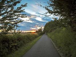 caminho de caminhada ao pôr do sol