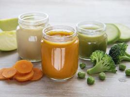 potes de suco de vegetais foto