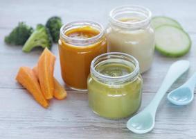 potes de comida orgânica para bebês foto