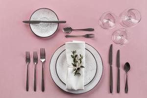 configuração de mesa com fundo rosa