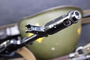 o cano de uma metralhadora e capacete do exército foto
