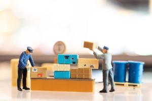gente em miniatura, carteiro de plantão preparando-se para enviar uma caixa ao consumidor. serviço de entrega para conceito de e-commerce