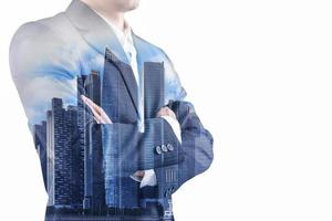 dupla exposição de um empresário vestindo um terno e um edifício moderno no distrito financeiro de negócios asiático e comércio em Bangkok, Tailândia