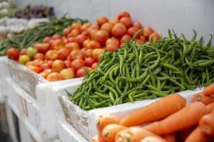 grupo de tomates frescos e fundo de vegetais orgânicos no mercado foto