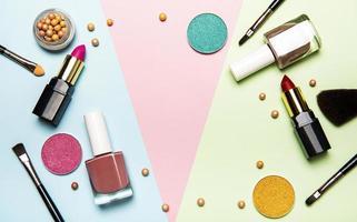 cosméticos em um fundo multicolorido foto