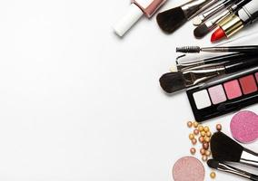 cosméticos com espaço de cópia em um fundo branco foto