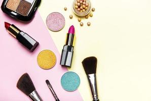 cosméticos em um fundo rosa e amarelo foto
