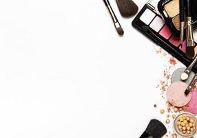 maquiagem em um fundo branco com espaço de cópia foto