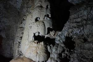 estalactites e estalagmites em novos athos em uma caverna na abcásia foto
