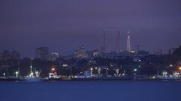 paisagem marítima com navios em um porto à noite em vladivostok, Rússia foto