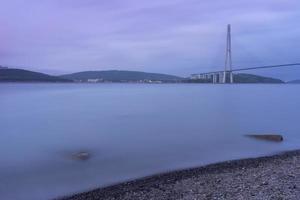 ponte russky e corpo d'água em vladivostok, rússia foto