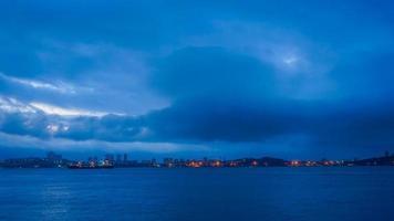 vista de navios em um porto e um corpo de água em vladivostok, rússia foto