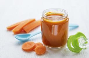 purê de cenoura em uma jarra foto