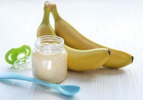 purê de banana em uma jarra foto