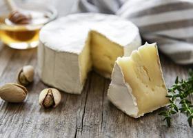 queijo camembert com salgadinhos foto
