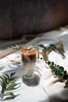copo de café gelado com leite em cima da mesa