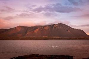 vista para uma baía e uma cadeia de montanhas na Islândia foto