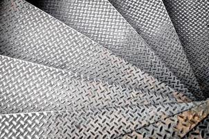 escada em espiral com degraus de ferro antigo, fundo abstrato close-up foto
