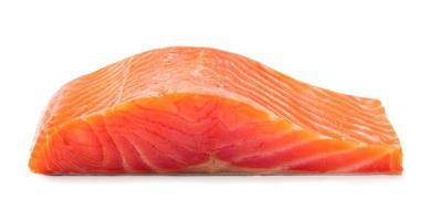 grande pedaço de filé de salmão defumado isolado no fundo branco foto