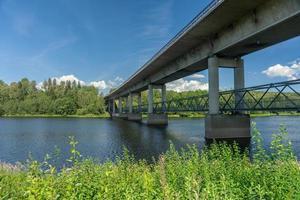 ponte de concreto cruzando um rio na Suécia foto