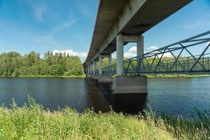 ponte de concreto com trilha para caminhada embaixo foto