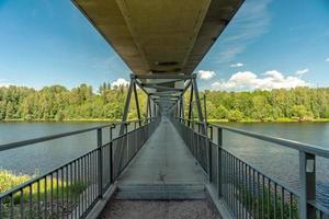 ponte com trilha para caminhada cruzando um rio foto