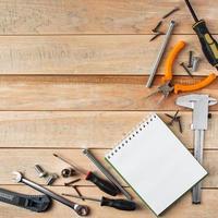 dia do pai internacional. conceito de cartão de felicitações. conjunto de ferramentas de construção em um fundo de madeira. foto