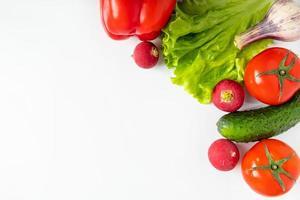 legumes frescos em um fundo branco. comida ecológica vegana. lugar para texto. foto