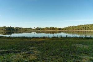 pequeno lago em um campo foto
