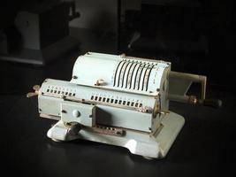calculadora mecânica soviética vintage. foto