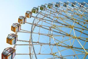 roda gigante em azul e amarelo foto