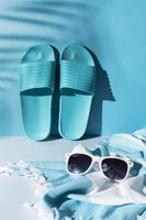 sandálias azuis em fundo azul foto