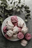 Doces em forma de rosa rosa e branca foto